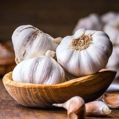 Garlic is good for more than just garnish. It can also be used to improve hair growth. keep reading this post to know how garlic is used for hair growth! Raw Garlic Benefits, Coconut Health Benefits, Turmeric Health, Garlic Side Effects, Virus Del Herpes Simple, Garlic For Hair Growth, Heart Attack Symptoms, Instagram Caption, Hair Regrowth