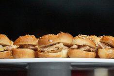 Une recette à tomber pour l'apéritif festif : des mini tropeziennes / mini burgers au foie gras et crème de speculoos, une mélange explosif en bouche