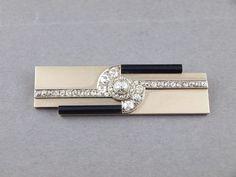 Raymond Templier (1891-1968)  vers 1930   Broche plaque en platine et or gris ornée de diamants taille ancienne et onyx