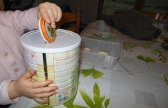 Pour cette activité Montessori, nous avons besoin d'une boite de lait et de couvercles de petits pots... du matériel qui se trouve facilement quand on a un bébé à la maison ! En plus d'être ...