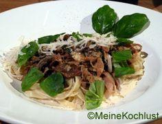 Weiße und grüne Bandnudeln mit Sahne-Pilzsauce,Paglia e fieno