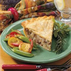 French Canadian Meat Pie - love, it's the best ! French Canadian Meat Pie Recipe, French Meat Pie, Canadian Food, Meat Recipes, Cooking Recipes, Holiday Recipes, Dinner Recipes, Beef Dishes, Healthy Recipes