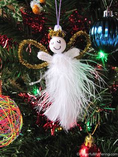 Make this cute little feather and pipe cleaner angel with your kids. Great for fine motor skills and it looks beautiful on the tree too!