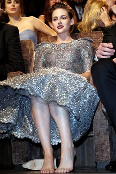 September 6 Kristen Stewart is pictured with bare feet having kicked off her silver Christian Louboutin heels at the screening of her new film, Equals, at the Venice Film Festival. Kristen Stewart, Most Beautiful Indian Actress, Beautiful Actresses, Beautiful Celebrities, Actress Feet, Twilight, Barefoot Girls, Kirsten Dunst, Beautiful Gorgeous
