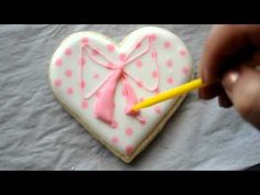 Ali Bee's Bakeshop - Video tutorial for making bows with royal icing