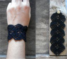 Pulsera crochet negra / / pulsera boho / / Negro brazalete / pulsera de encaje / / joyería de la pulsera/del ganchillo del pun ¢ o  Ganchillo precioso brazalete pulsera con botón de bronce simple en negro. Un brazalete únicamente labrado con una puntada muy trabajado, interesante textura. Utilizar como una manera de personalizar cualquier equipo.  100% algodón. La medida del brazalete se realizará a la orden y medirá aprox. 17,5 cm (aprox. 6,4 pulgadas).  Revise mis otros pulseras…