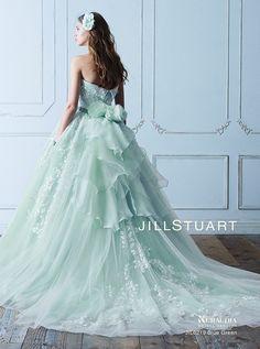 アクア・グラツィエがセレクトした、JILLSTUART(ジル スチュアート)のウェディングドレス、JIL0219 BLUE GREENをご紹介いたします。