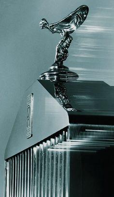 Le Spirit of Ecstasy surmontant la légendaire calandre en forme de façade de temple grec Limousine Rolls Royce, Voiture Rolls Royce, Rolce Royce, Rolls Royce Logo, Rolls Royce Phantom Coupe, Rolls Royce Wallpaper, Rolls Royce Black, Rolls Royce Motor Cars, Car Hood Ornaments