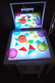 Por fin tenemos terminada nuestra mesa de luz!!!        Todavía casi no hemos comprado materiales translúcidos para jugar en ella pero ya t... Reggio Emilia, Sensory Activities, Activities For Kids, Sensory Diet, Art For Kids, Crafts For Kids, Infant Lesson Plans, Licht Box, Light Board