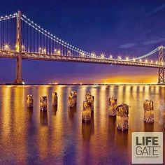 Oggi vi portiamo a San Francisco perché il Bay bridge, uno dei ponti più originali dal punto vista ingegneristico, avrà un'attrattiva in più a partire dal 5 marzo. In occasione dei 75 anni dalla sua costruzione, l'artista newyorchese Leo Villareal è stato scelto per adornarlo con 25mila led bianchi che, inizialmente, illumineranno solo l'arcata occidentale con un gioco di luci comandato da un complicato algoritmo. Qualcuno di voi lo attraverserà nei prossimi mesi?