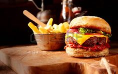 Afbeeldingsresultaat voor hamburger op plank friet