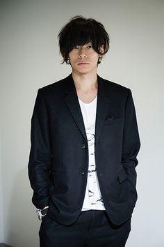 川上 洋平 (Kawakami Yoohei) [Alexandros] (ex [Champagne]) vocal & guitar.
