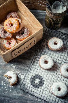 Donuty czyli pączki z dziurką Doughnut, Camembert Cheese, Donuts, Cake Recipes, Sweets, Food, Frost Donuts, Beignets, Easy Cake Recipes
