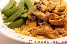 Gott och enkelt recept med kyckling och champinjoner med smak av röd curry! Bilder steg för steg!