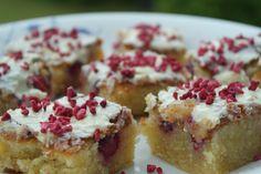 Hvid chokoladekage klar til spisning Lightning Mcqueen Torte, Rocher Torte, Danish Dessert, Cook N, Fabulous Foods, Cake Cookies, Frisk, Love Food, Oreo