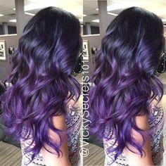pelo teñido de negro a violeta.