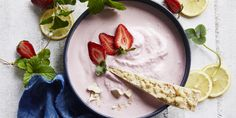 Sick of your regular green smoothie? Boost your morning blend with this delicious strawberry cheesecake smoothie bowl. Vanilla Recipes, Sugar Free Recipes, Breakfast Smoothies, Breakfast Bowls, Breakfast Ideas, Smoothie Bowl, Smoothie Recipes, Sam Wood, No Sugar Foods