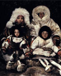Nenets (Russie) http://www.affairesdegars.com/page/article/4156049920/46-photos-saisissantes-des-tribus-les-plus-reculees-du-monde-avant-elles-ne-disparaissent.html Version Voyages www.versionvoyages.fr