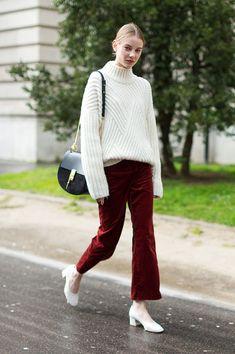 Street style look com suéter off white, calça burgundy veludo e sapato branco.