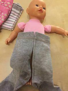 Puppenstrumpfhose aus Socken nähen | Tippscout.de Knitting Websites, Knitting Blogs, Baby Knitting, Baby Clothes Patterns, Clothing Patterns, Baby Patterns, Vestidos Sexy, Female Head, Sewing Dolls