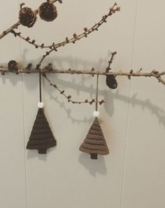 """Juletræ til ophæng Der er brugt enkelt bomuldsgarn 8/4 og nål nr. 2 Da de er hæklet med nål nr. 2 er de stive nok til at hænge pænt. De er hæklet i bagerste maskeled, så de fåren ribeffekt. For at undgå """"huller"""" i siden på udtagninger, kan man med fordel hækle sidste m i begge lænker Start med at lave 2 lm. Hækl 2 hstm i 2. lm fra nålen. Vend med 1 lm Nu hækles alle rækker i bagerste maskeled. Hækl 1 hstm i første maske, og 2 hstm i sidste maske ( 3 hstm) Vend med"""