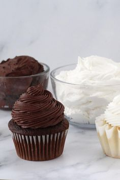 This light and fluffy Chocolate and Vanilla Marshmallow Frosting can be made in just 5 minutes. This icing is in between a traditional buttercream frosting and a whipped cream frosting, making it… Recipes Using Marshmallows, Marshmallow Frosting Recipes, Chocolate Icing Recipes, Canned Frosting, Chocolate Frosting, Chocolate Chocolate, Vanilla Icing Recipe, Whipped Frosting, Whipped Topping