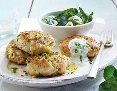 Fischfrikadellen mit Joghurtklecks und Kressesalat