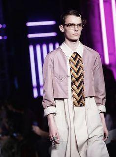 Der Gucci-Designer Alessandro Michele spielt mit den Geschlechtergrenzen. Für den Sommer 2016 stellt er sich den Mann auch im Kleid vor.