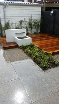 strakke tuin met vlonder en waterval