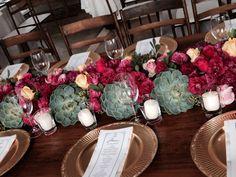 Flores, velas e suculentas. Mesa convidados casamento Tiradentes - MG   -  Avec Eventos