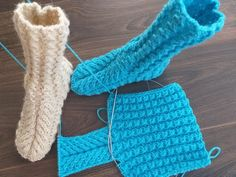 Boots with braids on 2 knitting needles. Knitting Videos, Easy Knitting, Knitting For Beginners, Knitting Socks, Knitting Needles, Crochet Shoes, Crochet Lace, Crochet Ripple, Knitted Slippers