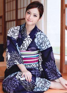 Gadis Jepang Cantik Memakai Busana Kimono