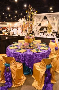 OMG....the chairs and table cloth is really gorgeous...