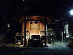 福岡市早良区の藤崎駅近くにある猿田彦神社をご存知ですか  私も近くに住んでいながら知らなかったのですが知る人ぞ知るパワースポットなのだと風水の先生に教えて頂きました  そこで早速初参りに行ってきました  明治通り沿いにひっそりと佇む小さな神社なので分かりにくいですが磯貝という繁盛している居酒屋さんの隣りにあります  隣りにあるお店が繁盛しているなんてとても御利益がありそうですよね_  名前の通り授与品の猿面が有名でこれを玄関にかけることで魔が去ると伝えられているそうです  また猿は木から落ちないということから受験生の合格祈願として猿面を受けられる方も多いそうな  猿田彦神社WEB http://ift.tt/2iBnNYz tags[福岡県]