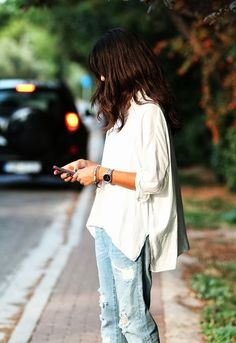 Simple and casual street style oversize white jeans ideas 30 Outfit Jeans, Outfit Stile, Shirt Outfit, Casual Street Style, Estilo Street, Oversized White Shirt, Style Feminin, Casual Chique, Comfy Casual
