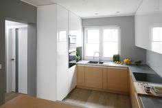 Półotwarta kuchnia, podobnie jak całe wnętrze, zdominowała została przez biel i szarości, które ocieplają drewniane elementy wystroju - w tym pomieszczeniu szafki dolne i podłoga. Projekt Beata Kruszyńska. Fot. Bartosz Jarosz. Ikea Kitchen, Kitchen Decor, Kitchen Cabinets, Küchen In U Form, Küchen Design, Interior Design, Scandinavian Kitchen, Modern Kitchen Design, Grey Walls