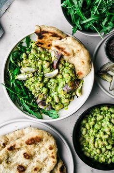 This healthy vegan white bean salad is mixed with a spring-green lemon herb dressing, and turned into a meal with rucola, naan, and roasted shallots. Pastas Recipes, Vegan Recipes Videos, Vegan Lunch Recipes, Healthy Dinner Recipes, 21 Day Fix, Chicken Honey, Roasted Carrot Salad, Crockpot, Bean Salad Recipes