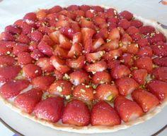 pâte sablée, fraise, chocolat blanc, gélatine, crème liquide, maïzena, sucre, poudre de noisette, pistache, oeuf