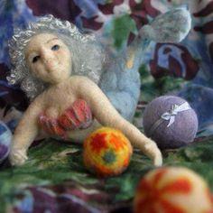 小さな羊毛ボール(手毬風)を作るのが楽しくて色んなものを作ってみました。・*・:♪#羊毛人形#羊毛フェルト#羊毛#人魚#ハンドメイド#羊毛毡 #羊毛ボール#手毬instacraft#instadoll#handmade#woolfelt#felted#fiberart#kaecraft#felting#doll