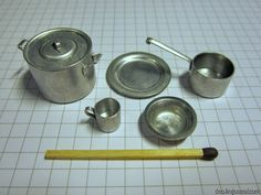 Make your own pots and pans. Amazing tutorial on using old radio parts - Dolls Miniatures Z Miniature Kitchen, Miniature Crafts, Miniature Houses, Miniature Dolls, Dollhouse Tutorials, Diy Dollhouse, Victorian Dollhouse, Modern Dollhouse, Clay Miniatures