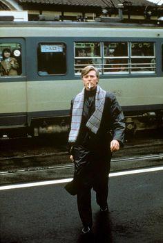 日本の電車に乗るデビッド・ボウイ David Bowie on a train in Japan (Masayoshi Sukita)