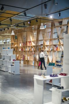 Upside is a new concept department store in Herstal, Belgium designed offer a social marketplace shopping experience For The Social Media Generation Discovery, frequent change and an open layout aim to resonate with young shoppers. Blank Blank Blank Blank Blank Blank Dave Pinter Dave Pinter on April 5, 2013. @David VA Upside is a new concept department store in Herstal, Belgium designed offer a social marketplace shopping experience