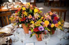 Vasos de barro na decoração das mesas