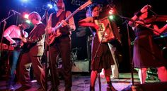 """ARCADE FIRE FESTEJA HALLOWEEN Una de las bandas de momento decidió celebrar el """"Día de los muertos"""" con una serie de films falsos de terror hechos por ellos mismos mientras grababan el disco Reflektor."""