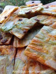 Finta pizza di fiori di zucchina Ingredienti: Fiori di zucchina, farina 00, acqua, sale, olio extra vergine d'oliva, acciughe sott'olio ( facoltative ) Si prepara una pastella piuttosto fluida con la farina e l'acqua, aggiungendo una presa di...