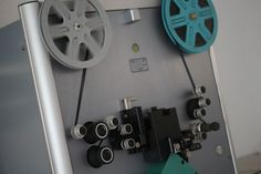 medienrettung beseitigt alte Schmutz- und Staubschichten auf Ihren Normal 8 Filmen und verbessert so die Qualität beim Überspielprozess. Gerissene Schmalfilme kleben wir kostenlos und auch das Umspulen übernehmen wir für Sie.