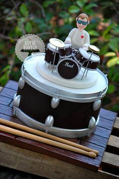 Everything is fondant, supported by toothpicks on a removable board. Tout est fondant, soutenu par des cure-dents sur un tableau amovible. Fondant Cupcakes, Cupcake Cakes, Drum Birthday Cakes, Beautiful Cakes, Amazing Cakes, Bolo Musical, Drum Cake, Music Cakes, 28th Birthday