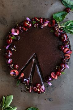 Milk chocolate and cherries tart made with a cacao sablée and a creamy milk chocolate ganache. Decorated with cherries and daisy petals. Milk Chocolate Ganache, Chocolate Cherry, Chocolate Cake, Tart Recipes, Sweet Recipes, Dessert Recipes, Milk Dessert, Cherry Tart, Pumpkin Spice Cupcakes
