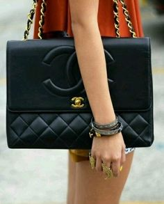 chanel quilted handbag in black - great street style fashion