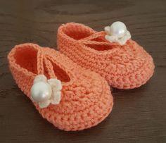 Gratis opskrift på hæklede baby sutsko til baby 0-4 mdr. Inklusiv billeder, materiale anbefalinger osv. Se mere her. Baby Knitting, Crochet Baby, Baby Barn, Free Pattern, Baby Shoes, Tapestry, Diy Crafts, Homemade, Sewing